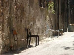 04-10-09. Sillas (?) en una calle de Palermo.